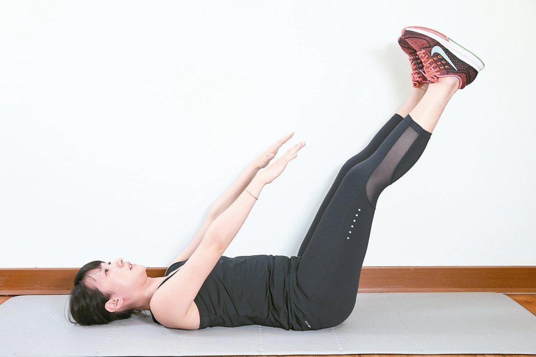 訓練腹部前側腹直肌準備:腰貼地躺平於地面,屈膝腳踩地,掌心貼地於身側。1...