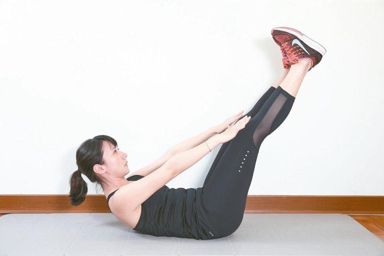 訓練腹部前側腹直肌準備:腰貼地躺平於地面,屈膝腳踩地,掌心貼地於身側。2...