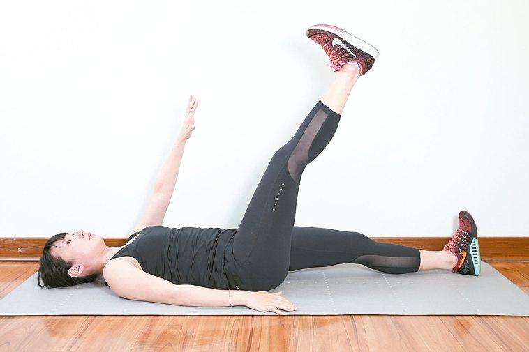 訓練腹內外斜肌準備:腰貼地躺平於地面。1.右手或左手逐漸往上伸直,高舉在...