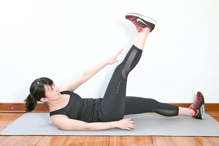 訓練腹內外斜肌準備:腰貼地躺平於地面。2.運用小腹力量,身體斜向往上捲,...