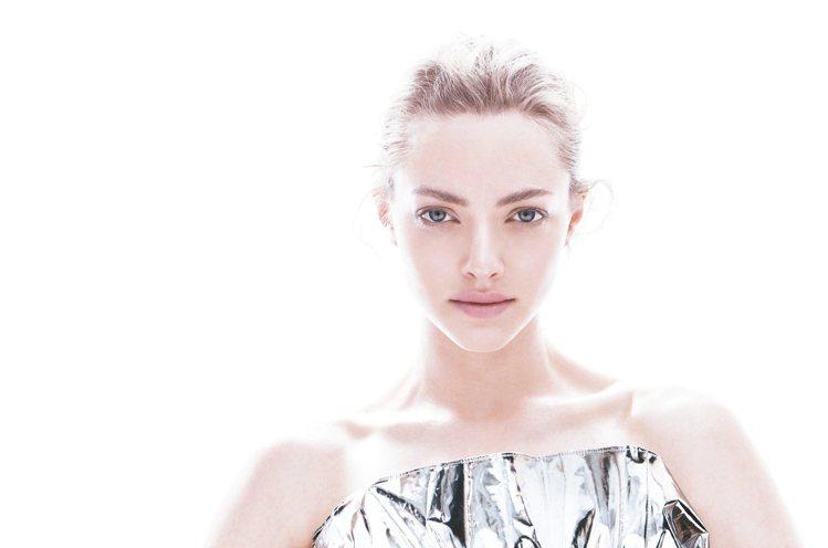 激光鑽白菁萃EX全球代言人Amanda Seyfried。圖/肌膚之鑰提供