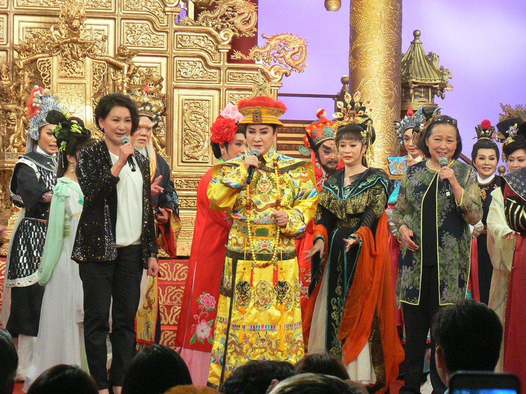 歌仔戲演員楊麗花(前中)舉辦選秀節目「我是楊麗花」,29日總決賽,20名獲選為子