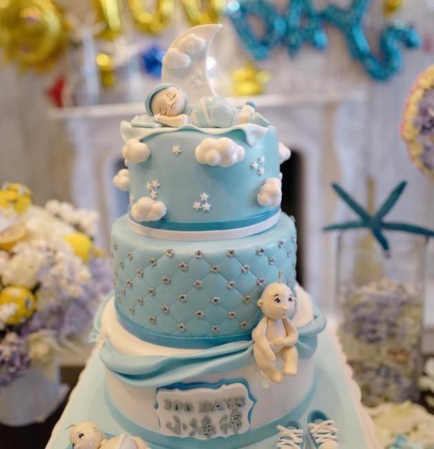 立體蛋糕上頭寫著黃曉明兒子的小名「小海綿」,還有一個小朋友公仔躺在蛋糕上,可愛爆