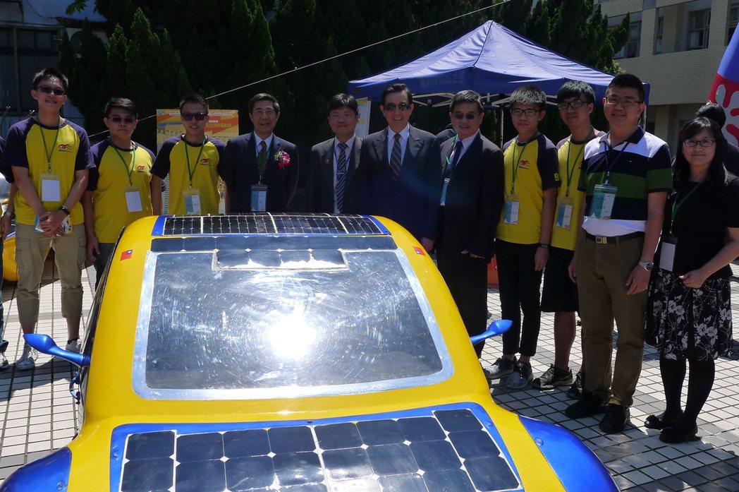 有台灣「太陽能車教父」美譽的艾和昌校長(左五)將帶領聖約翰阿波羅車隊於今年10月...