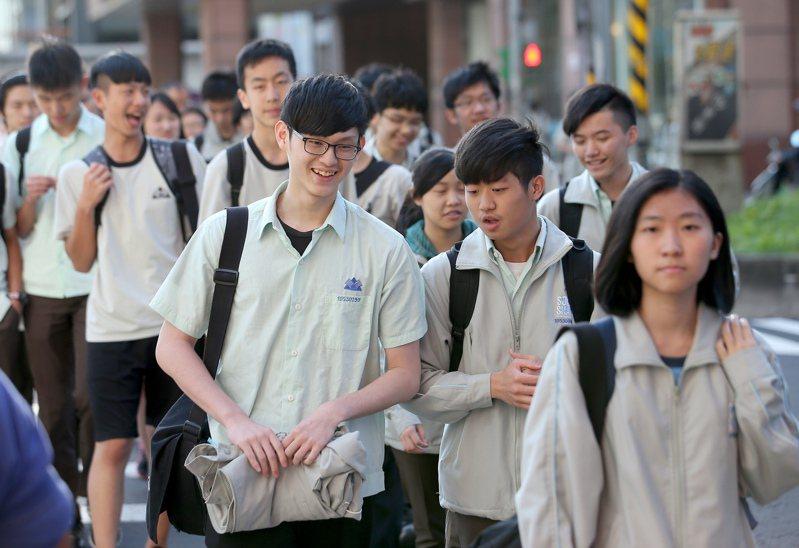 少子化讓大學「進去容易退學難」,但考招制度讓學生很難在求學過程中摸索自己的興趣志向,於是台灣社會就不斷製造出一批批的「無動力世代」。記者余承翰/攝影