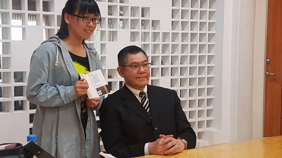 日本傳奇作家今野敏(右)與讀者合影。 記者吳佩旻/攝影