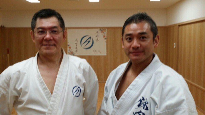 今野敏(左)不但是空手道高手,還熱愛射擊、潛水、模型製作、爵士樂,並連任兩屆日本...