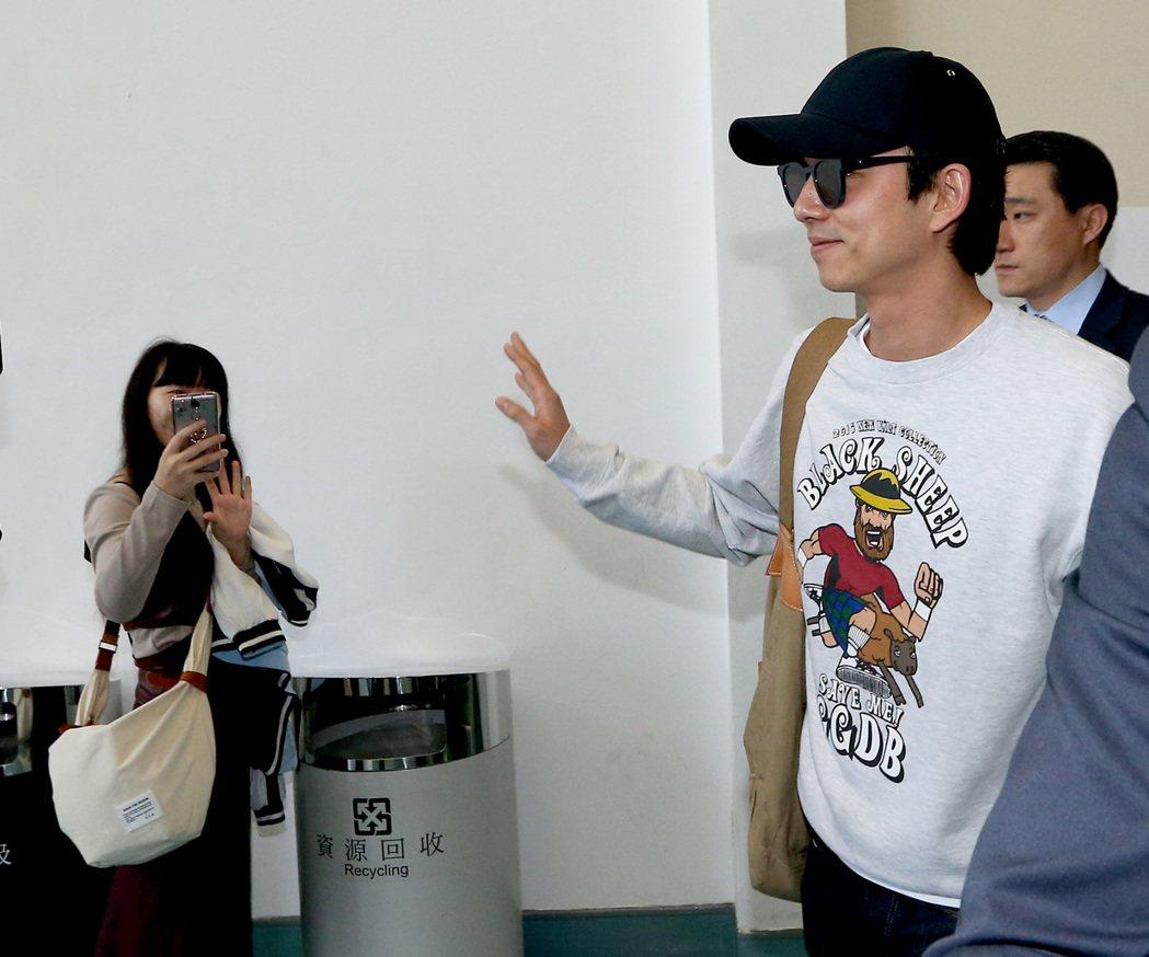 南韓藝人孔劉30日下午搭機離台,粉絲相送。記者陳嘉寧/攝影