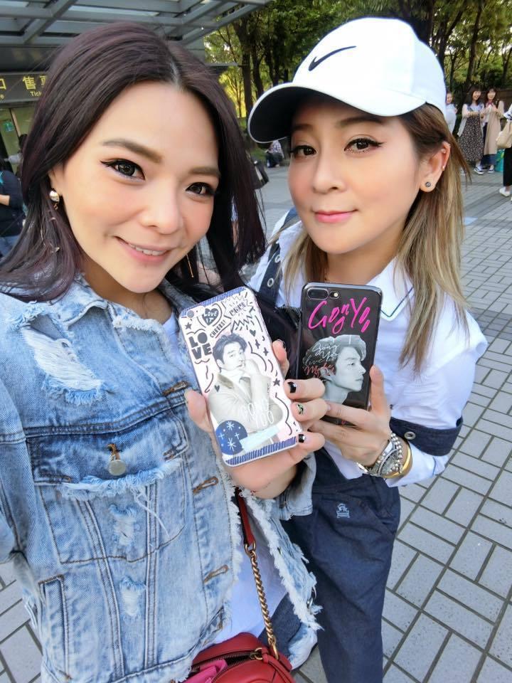 小甜甜王彩樺用孔劉照片款手機殼。圖/摘自小甜甜臉書