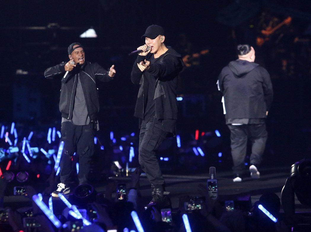 兄弟本色連兩天在台北小巨蛋舉辦「日落黑趴最終場」演唱會。本報資料照