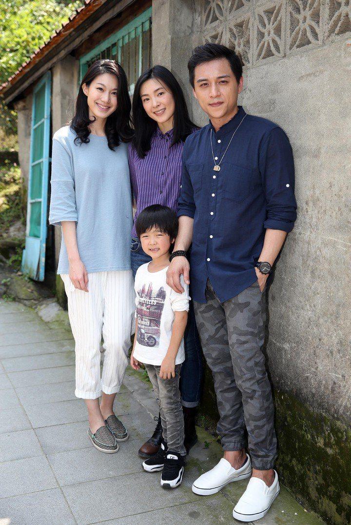 鄭人碩(右起)、童星白潤音、曾珮瑜、瑤涵沂主演的電影「上岸的魚」已在去年拍攝完畢