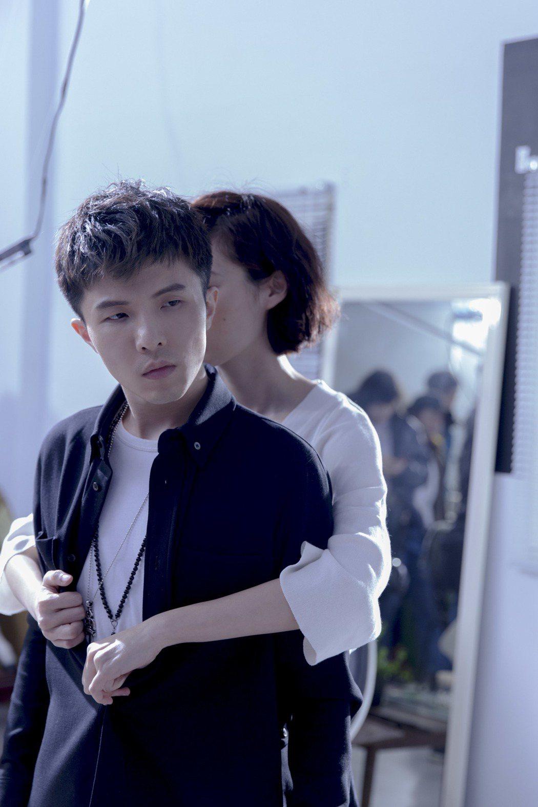 小宇(左)拍新歌MV挑戰演技。圖/華納音樂提供