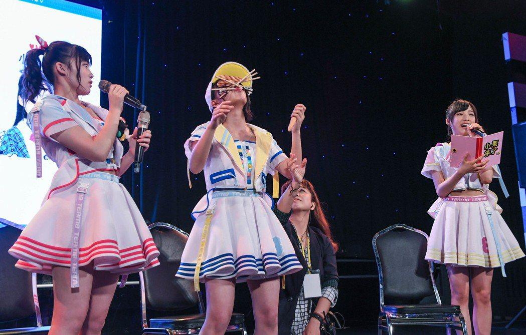 山田菜菜美(中)表演用人中夾筆特技。圖/AKS提供