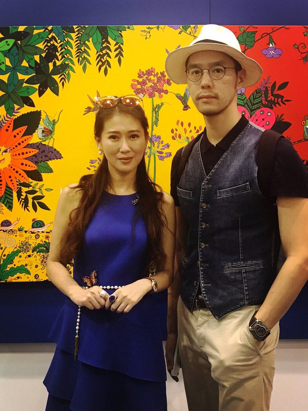 米凱莉的畫作參加北京藝術展,好友丁春誠捧場。圖/明悅整合行銷提供