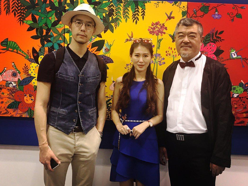 米凱莉的畫作參加北京藝術展,好友丁春誠(左)與父親丁三光捧場。圖/明悅整合行銷提...