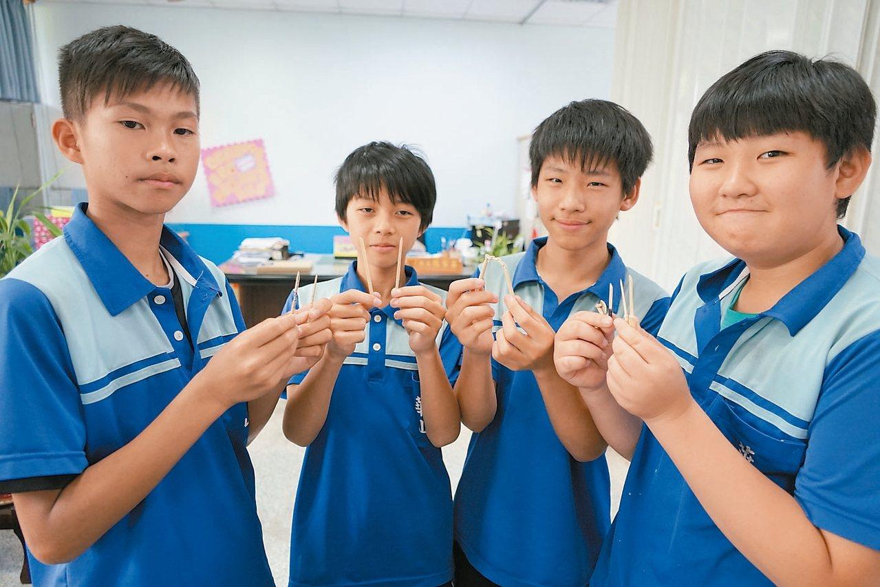 新竹縣華山國中學生將電玩遊戲中的刀劍藉由一把美工刀、竹筷,變成真實版的袖珍作品。...