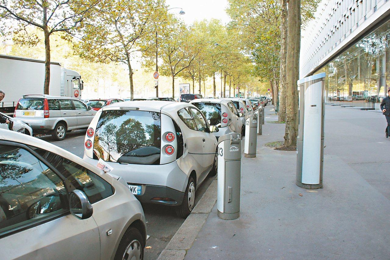 高雄市推動「電動汽車共享系統」,10月將先完成1處示範站供體驗,2年內完成50處...
