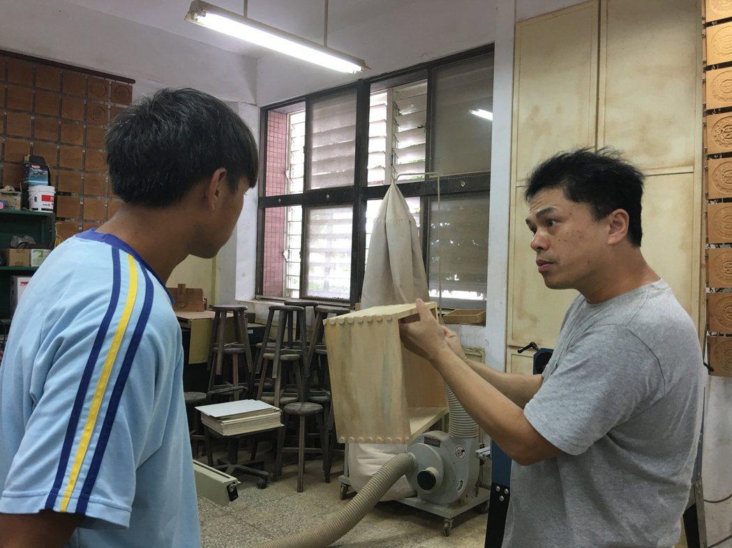 花蓮玉東國中木工老師王嘉納,以木工翻轉孩子人生。 記者陳麗婷/攝影