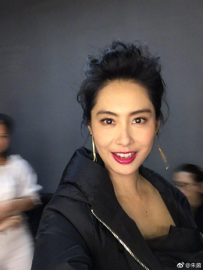 香港女星朱茵在微博上貼出一張自拍照,照片中她明眸皓齒,被網友形容為「眼睛會發光」
