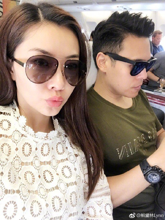 女星熊黛林在微博貼出與老公郭可頌的自拍照,顯示兩人坐在飛機上,又要出門度假。圖取