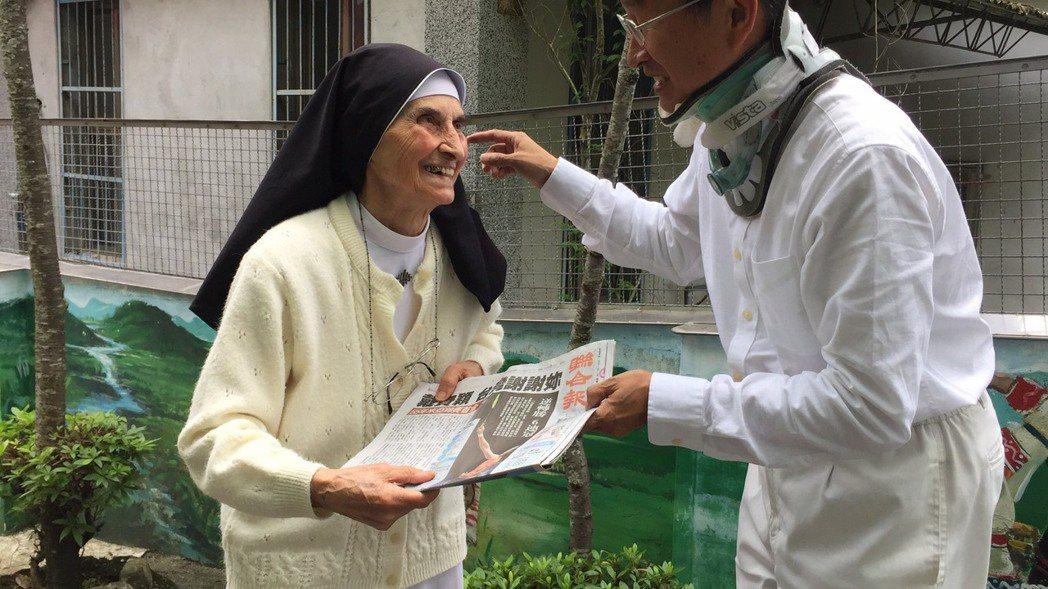 李道霖也將今天《聯合報》頭版報紙「台灣謝謝妳」這5個字送給趙修女,「感謝修女為台...