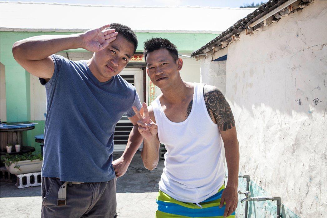 江宏恩(左)、顏正國演出的「海豬仔」為國爭光。圖/公視提供