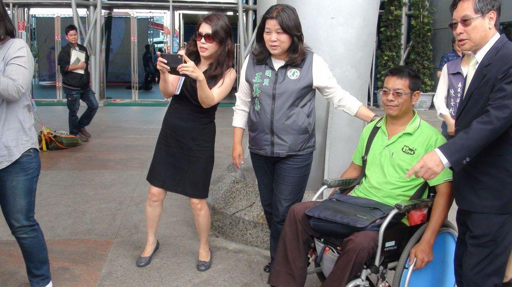 嘉義市長涂醒哲(右一)今天與陪身障者體驗無障礙計程車,他說,無障礙計程車是無障礙...