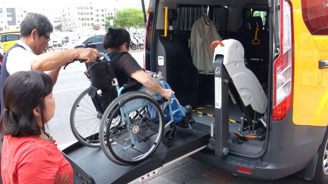 輪椅族福音!嘉義市首批、5輛無障礙計程車上路,讓行動不便者也能走出家門,生活更精...