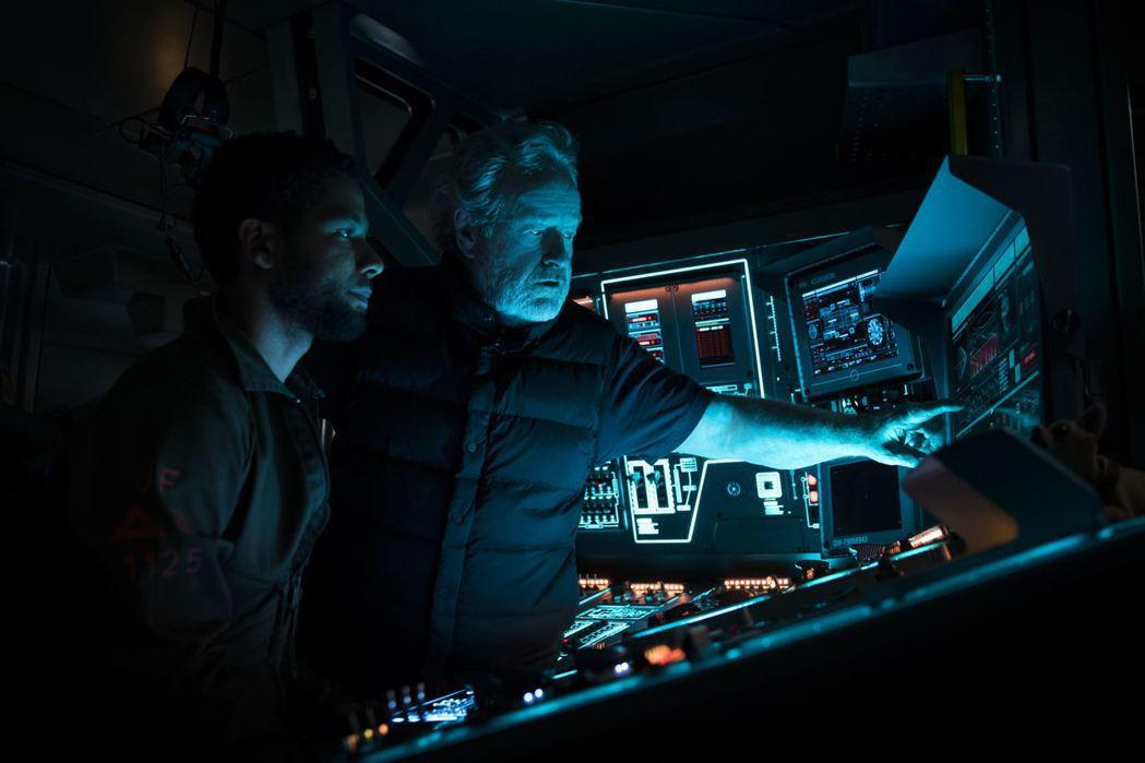 雷利史考特(右)再拍「異形」電影,坦言相信外星人存在。圖/福斯提供