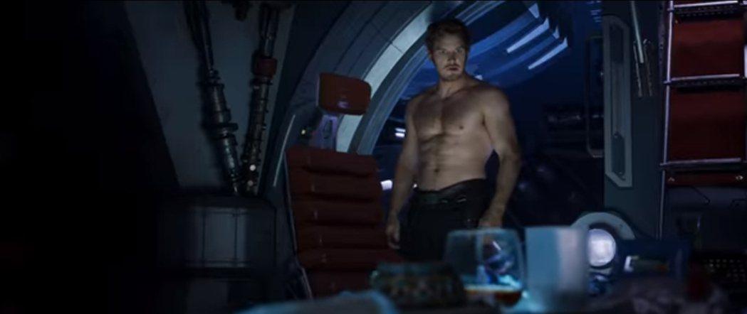 克里斯普萊特這一回在「星際異攻隊2」當中依舊有養眼的裸身露肌鏡頭。圖/翻攝自Yo...