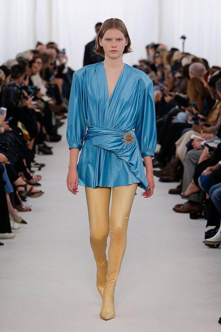 BALENCIAGA春夏推出一雙極為貼身的超長過膝尖頭靴,將靴款視為人的第二層肌...