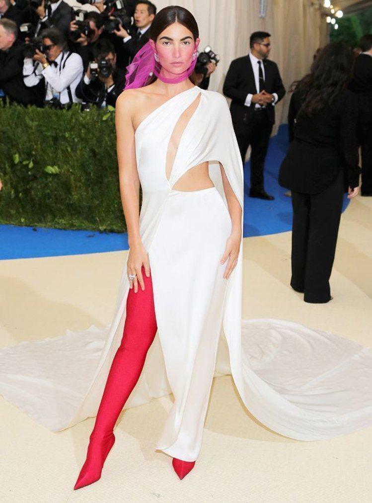 超模Lily Aldridge也不約而同選擇同系列不同色的貼腿過膝靴,搭配Ral...