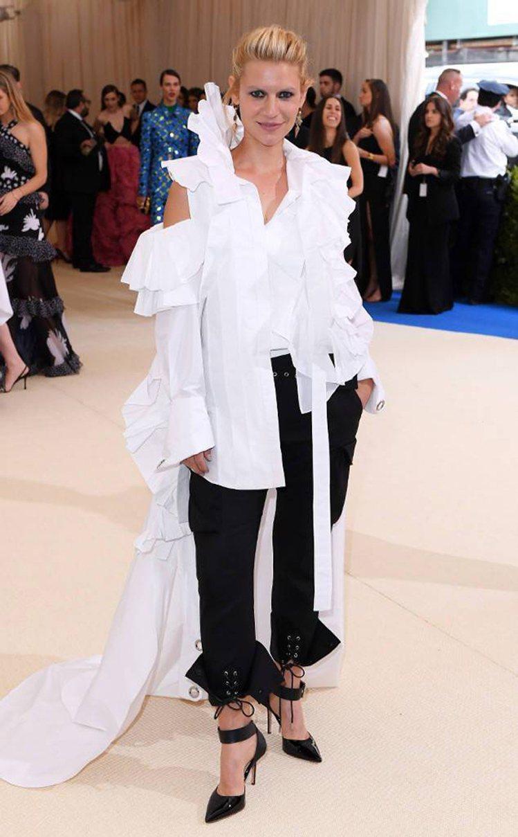 克萊兒丹妮絲選穿Monse褲裝登場,大膽的解構、不對稱,相當有趣。圖/取自onl...