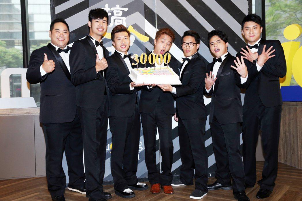 大寶(左起)、陳大天、張立東、大根、惡魔、林東續、阿量,2日出席舞台劇「搞笑者們...