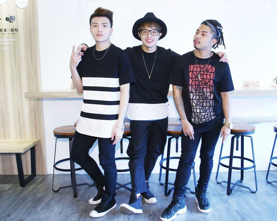凱開(中)和網路歌手Raymond(右)與舞者YuYu(左)組成偶像男團「胡鬧一...