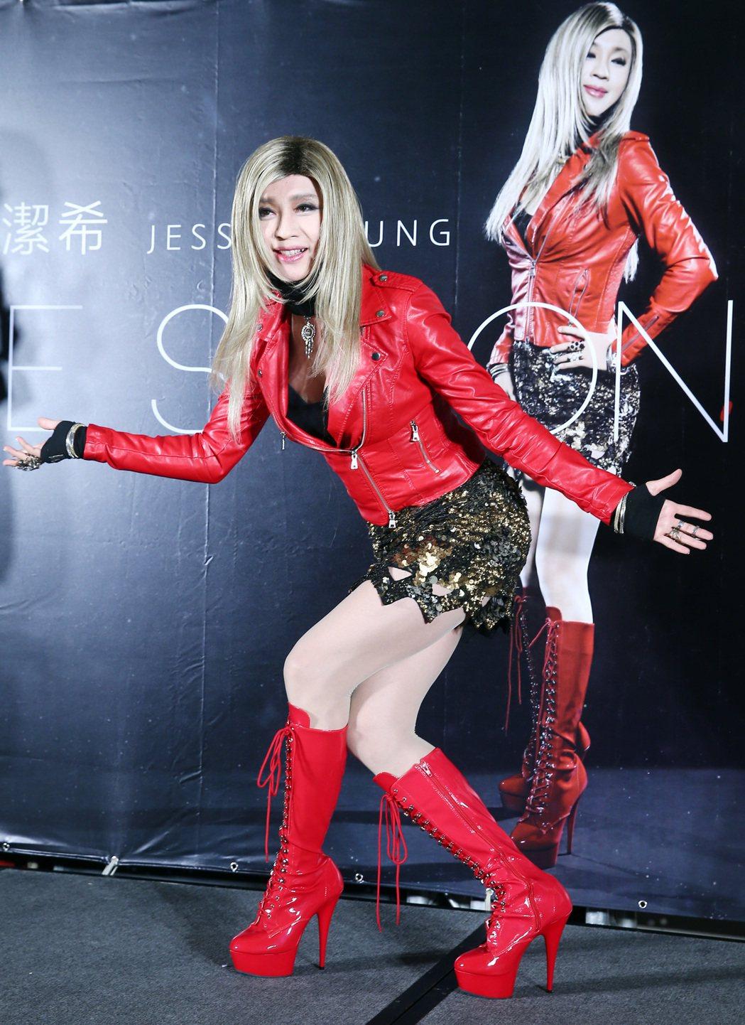 大馬歌手鍾潔希來台推出「BE STRONG 堅強」英文專輯,記者會上同時收到澳洲...