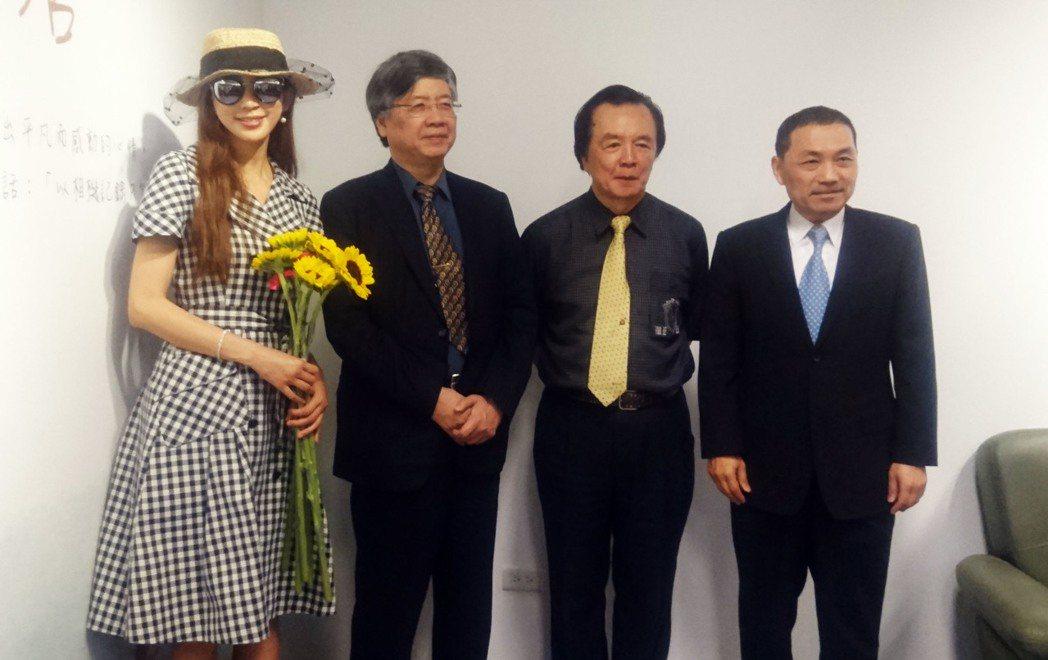 藝人林志玲(左)2日出席父親林繁男(右2)在輔仁大學舉辦的畫展,新北市副市長侯友