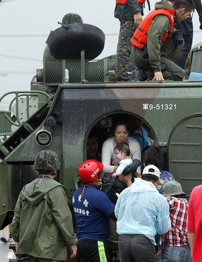 每逢重大天災,總可見到國軍協助救災身影。圖為2009年中颱「莫拉克」的驚人雨量,...