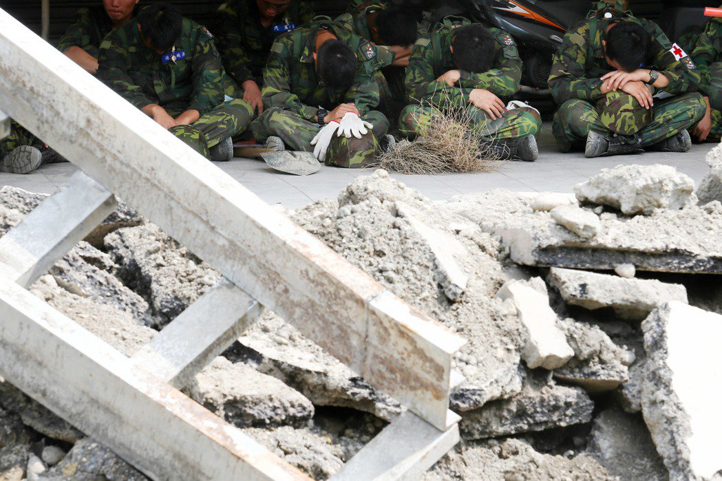 高雄氣爆意外事件,國軍投入大批人力協助救災,中午時刻席地而坐稍事休息。國防部不但...