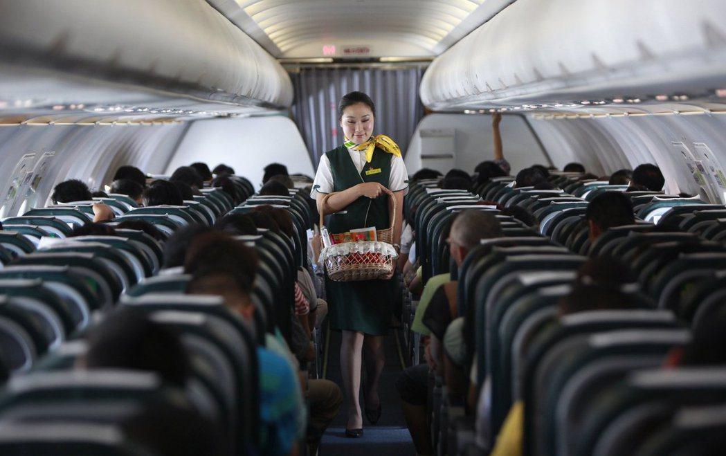 長途飛行非常累人,空服員是如何保持體力親切服務呢? (路透)