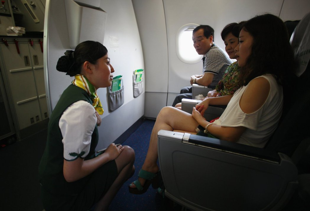 長程線班機的空服員必須保持體力才能服務周到。 (路透)