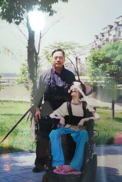 吳東諺(右)父母遇害後由伯父吳唐接擔起照護責任,至今超過25年毫無怨言。 記者林...