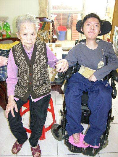 吳東諺(右)6歲目睹父母吳銘漢夫婦遇害,相依為命高齡90歲祖母吳唐糖在2011年...