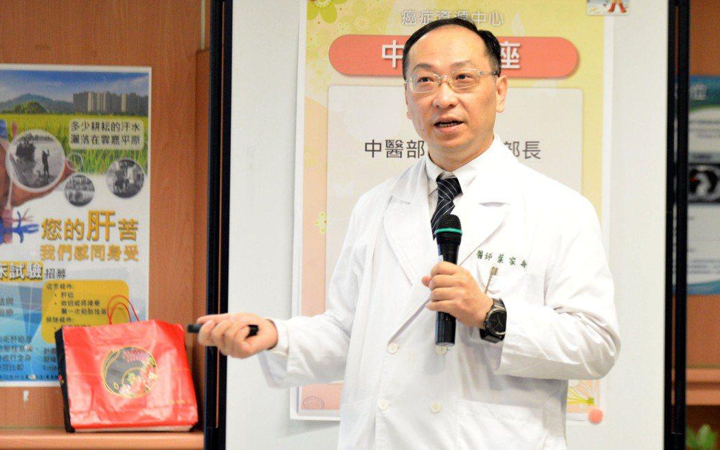 51歲婦人罹患乳癌,原經醫師判定只剩半年,在中西醫合力積極治療下,20多年來仍健...