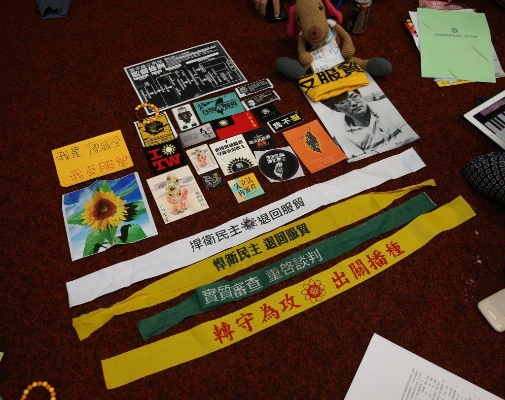 先前的太陽花學運,參與者製作不少反服貿的貼紙與小物。報系資料照