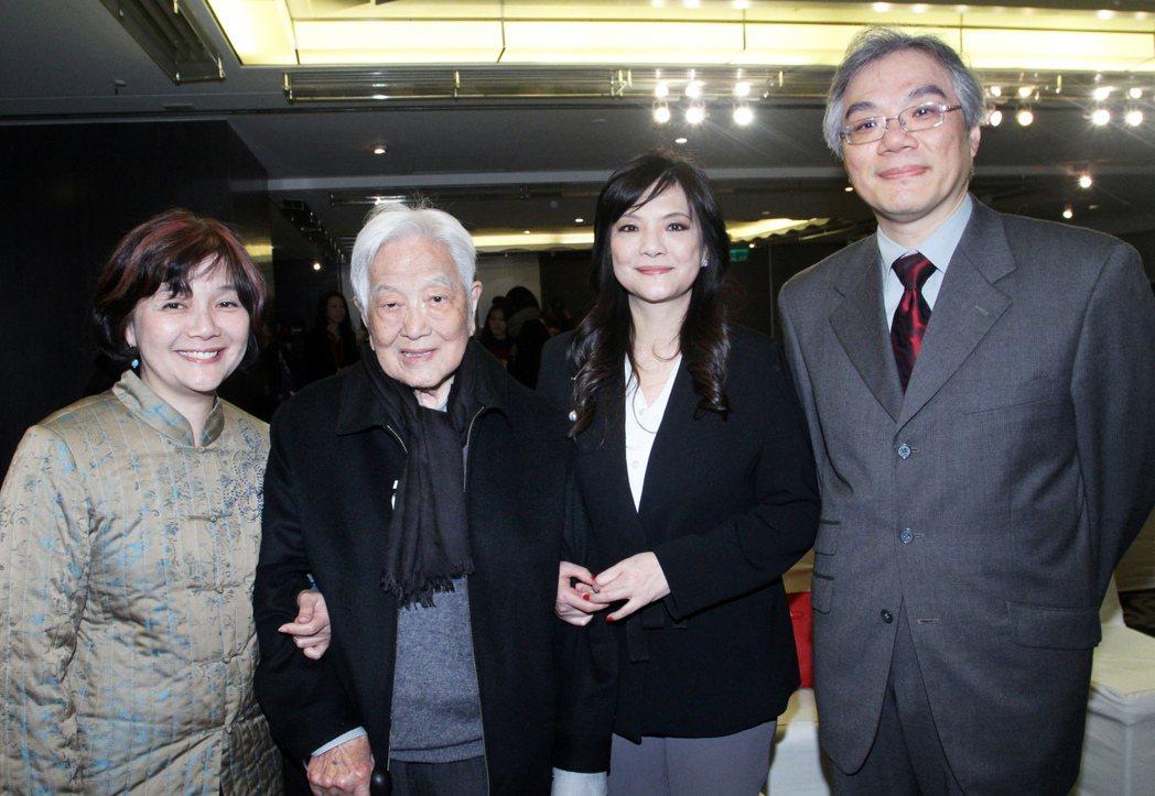 皇冠創辦人平鑫濤(左二)抱病出席皇冠60周年發表會,與大女兒皇冠文化集團總經理平...