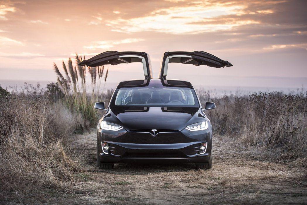 建造四座 Gigafactory 鋰離子電池工廠的花費更高達數十億美元,風險可說是不小。 摘自 Tesla