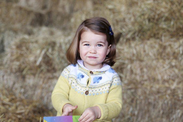 凱特王妃公開夏綠蒂小公主的新照片,穿著John Lewis鵝黃色毛衣,臉頰粉嫩,...