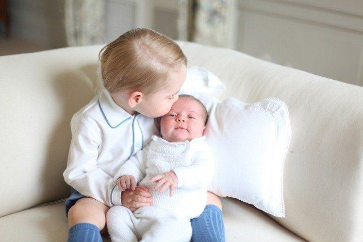喬治王子對妹妹夏綠蒂疼愛有加。圖/美聯社