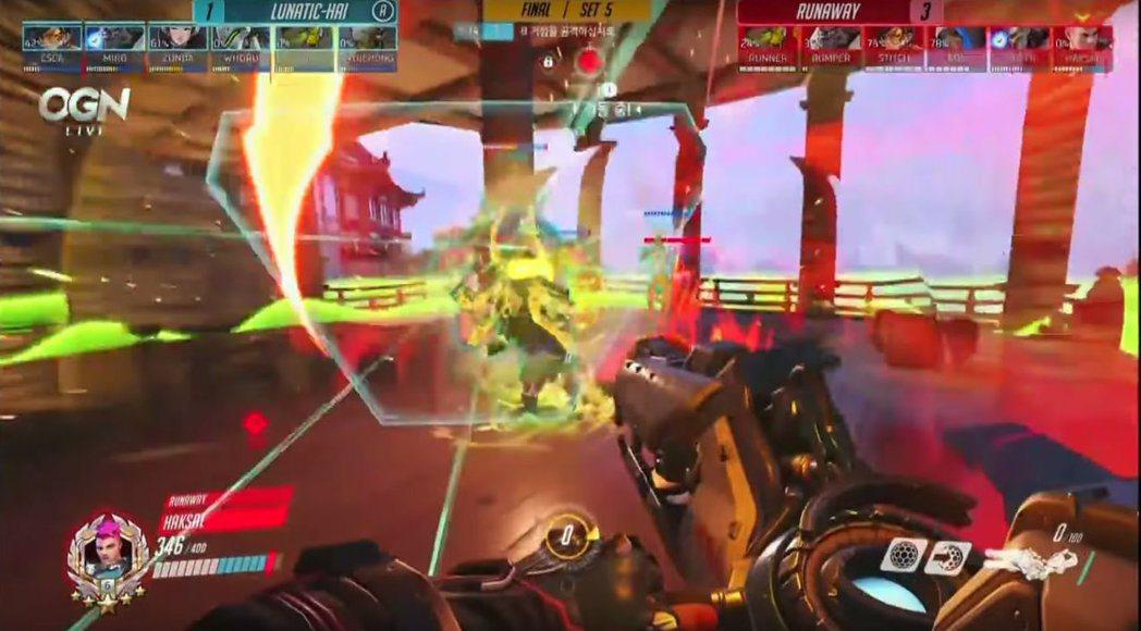 Haksal札莉雅的引力彈雖然命中,但對手輔助開大扛了下來。